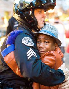 C'est un message de paix dans un pays en proie à de fortes tensions. http://www.elle.fr/Societe/News/Quand-la-photo-d-un-free-hug-emeut-l-Amerique-2865450