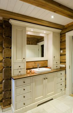 Light bathroom furniture in log cabin, tailored to the room. Good storage with both drawers and cabinets, and mirror that fits into the furniture. Handcrafted and hand painted by Os Trekultur.