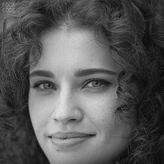 Czarno-biały portret dziewczyny z kręconymi włosami.#piękny uśmiech Black and white portrait of a girl with curly hair. #beautifulsmile