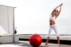5 ασκήσεις για τέλειο σώμα με μία μπάλα γυμναστικής Γυμναστείτε μόνες σας στο σπίτι σας με τη βοήθεια μίας μπάλας για γυμναστική.
