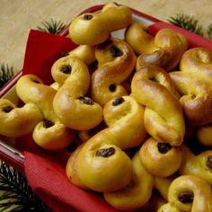 I Sverige er Luciaboller en uundværlig del af juletiden. De er smukke, smager dejligt aromatisk af safran og så er de hyggelige at lave.