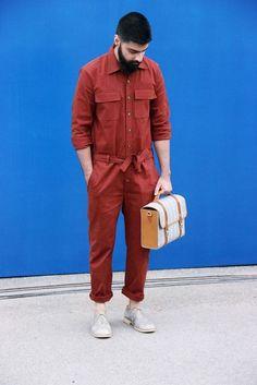 O retorno do macacão jeans ao universo da moda masculina foi um processo não tão rápido e que gerou diversos debates, com um público divido entre pessoas que amavam a peça…