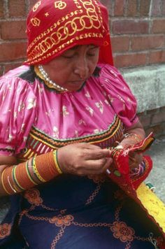 Kuna Woman making her Mola Artwork. Kuna Yala, San Blas, Panama.