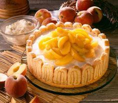 Mit etwas Aufwand ist diese Frischkäsetorte mit Pfirsichen einfach ein Traum