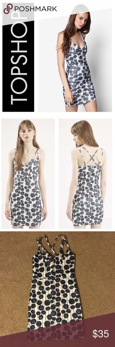 🎀New Arrival🎀 TOPSHOP floral bodycon dress Stunning floral bodycon dress with criss-cross straps. 96% polyester, 4% elastane. Size 6. Zips up the back. No flaws! Make me an offer! Topshop Dresses Mini
