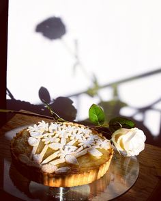 Apple pie traditional one with a little bit of decorating fun! #applepie #appletart #apple #pie #baking #patisserie #design #pastry #delicious #bbcgoodfood #healthyfood #healthy #nosugar #sunday #weekend #treat #flowers #rose #shadow #design #thefeedfeed #ahealthynut #foodie #food #decoration