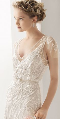 Abito da sposa molto semplice, stile sottoveste ricamato. Simple beaded V line wedding dress www.madamebridal.com