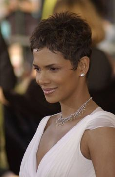 40 Best Edgy Haircuts Ideas to Upgrade Your Usual Styles, Frisuren, Halle Berry edgy pixie. Halle Berry Haircut, Halle Berry Short Hair, Halle Berry Hairstyles, Pixie Hairstyles, Hairstyles Haircuts, Cool Hairstyles, Halle Berry Pixie, Short Hair Cuts For Women, Short Hairstyles For Women