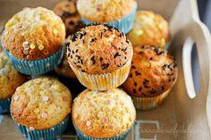 Briose simple cu iaurt - Dulciuri fel de fel - briose simple de casa Romanian Food, Muffin Recipes, Muffins, Food And Drink, Cooking Recipes, Cupcakes, Sweets, Simple, Breakfast