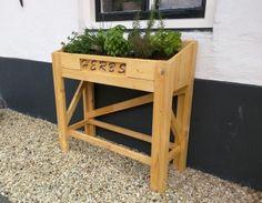 Kruidentafel met uitgezaagde letters 'herbs'. Stool, Furniture, Home Decor, Decoration Home, Room Decor, Home Furnishings, Chairs, Stools, Arredamento