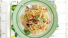 Stačí pár kvalitních ingrediencí a zázrak je na světě. Základem jsou špagety uvařené al dente a pak už jen přidáme tuňáka a pikantnost dodáme červenou chilli papričkou a citronem.