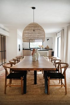 Designing a dining room is a mural. Subsequently, individuals must be effectively involved in completely different facets of the house ornament which . Dining Room Design, Dining Room Table, Dining Area, Casa Cook, Sweet Home, Casual Dining Rooms, Dining Room Inspiration, Kitchen Decor, New Homes