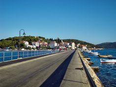 Rogoznica je mierne mediteránske miesto, ktorého centrum sa nachádza na polostrove, t.j. niekdajšom  ostrovčeku Kopar a ten  je s pevninou spojený násypom v druhej polovici 19.storočia. Väčšia časť ostrova je pokrytá lesmi a v osídlenej časti prevládajú kamenné domy, ktoré dýchajú niekdajším mediteránom. Toto miesto je známe ako jeden z najkrajších a najznámejších prístavov, vďaka tomu je to miesto vyhľadávané nautickými turistami.