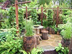 pots-fleurs-bois-massif-terrasse-végétation-abondante