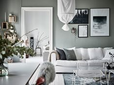 I like the vibe of this home. The green-grey walls combined with the white hard wood flooring give the home a very fresh look and the furniture and accessories are chosen very carefully to create a stylish, cozy place with character. Living Room Green, Interior Design Living Room, Home And Living, Design Interior, Simple Living, Living Rooms, Deco Boheme Chic, Design Page, Small Room Bedroom