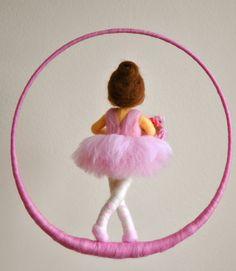 Kinder Mobile Waldorf inspirierte Nadel Filz Puppe: Ballerina mit Blumen Kids Mobile Waldorf inspired needle felt doll: by MagicWool Felt Pincushions, Wool Dolls, Felt Fairy, Clothespin Dolls, Needle Felted, Felting Tutorials, Felt Brooch, Flower Fairies, Fairy Dolls