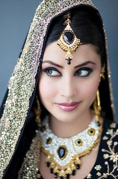Those eyes. via Beautiful Indian Brides - what a beauty ! Indian Bridal Makeup, Asian Bridal, Wedding Makeup, Bride Makeup, Wedding Bride, Beautiful Indian Brides, Beautiful Bride, Beautiful People, Hena