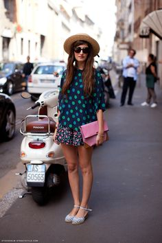 Streets of Milano. I'm not a big fan of the outfit, but her shoes are juste perfect.