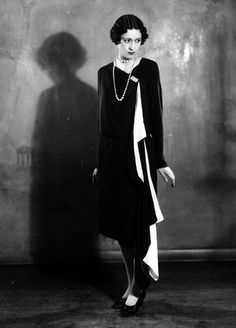 April 1927 A model wearing a Solosigns evening dress in black and white. (Photo by Sasha/Getty Images) (hva) 1920 Style, Style Année 20, Belle Epoque, 1920s Fashion Photography, Vintage Outfits, Vintage Fashion, Fashion 1920s, Fashion Black, 20s Mode