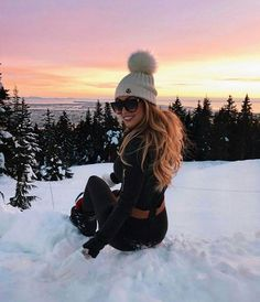 This is something beautiful! Just look at this beautiful winter idyll, this beautiful sunset! I feel perfect, even as I sit on the snow. Warm winter clothes , all we need for a wonderful winter vacation. Fall Winter Outfits, Winter Wear, Autumn Winter Fashion, Winter Holiday, Winter Clothes, Mode Au Ski, Ski Fashion, Fashion Heels, Trendy Fashion