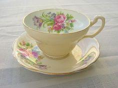 Šálek na čaj * vanilkový porcelán s malovanou kyticí růží a lučního kvítí.