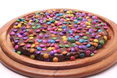 As pizzas doces ganharam de vez o seu espaço, como a divertida combinação de chocolate e confete