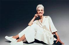 На Западе уже никого не удивишь тем, что пенсионеры выглядят совсем не так, как «подобает» старикам, путешествуют, улыбаются, ярко одеваются. Но у нас считается, что тем, кто ушел на заслуженный отдых, не положено делать стильные прически и маникюр, Bell Sleeves, Bell Sleeve Top, Old Models, Kimono Top, Normcore, Long Sleeve, Tops, Women, Style