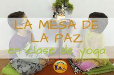 La mesa de la paz en clase de yoga. Ideas para hacer una en casa o en el aula. #montessori #mesadelapaz #yoganiños #kidsyoga #mindfulnessniños #peacetable