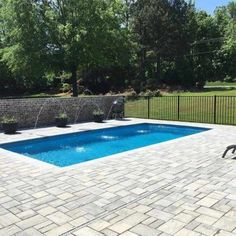 Islander Pool With Techo Eva Pavement ★ All possible pool deck ideas: small, backyard, modern, concrete, and tile all gathered in one place! Backyard Pool Designs, Swimming Pools Backyard, Pool Decks, Islander Pools, Pool Paving, Moderne Pools, New House Plans, Deck Design, Outdoor Areas