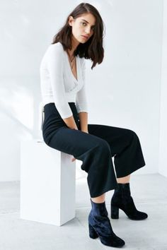 Inspiration Request: Ankle Boots With Non-Skinny Pants - Office Outfits Cropped Wide Leg Trousers, Pantalon Large, Boating Outfit, Office Outfits, Formal Outfits, Work Outfits, Look Cool, Skinny Pants, Spring Outfits