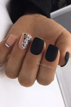 The advantage of the gel is that it allows you to enjoy your French manicure for a long time. There are four different ways to make a French manicure on gel nails. The choice depends on the experience of the nail stylist… Continue Reading → Short Nail Designs, Nail Art Designs, Latest Nail Designs, Nails Design, Cute Nails, Pretty Nails, Black And Nude Nails, Black Shellac Nails, Acrylic Nails