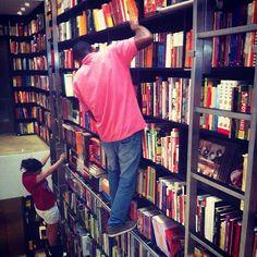 Livraria da Vila (livrariadavila.com.br) / Alameda Lorena, 1731 - Jardim Paulista, São Paulo / Todas as Livrarias da Vila da cidade são um convite à leitura, com lindo projeto de arquitetura de Isay Weinfeld. Por @fabianesecches