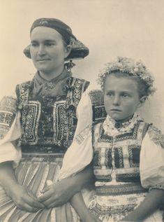 Sviatočný odev dievčat z obce Turie Pole v Novohrade | Slovakia