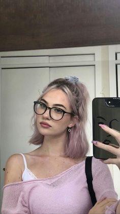 Popular Hairstyles, Pretty Hairstyles, Short Hair Glasses, People With Glasses, Hair Color Streaks, Hair Icon, Short Haircut Styles, Edgy Hair, Dye My Hair