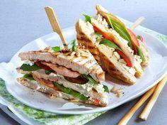 Découvrez la recette Club-sandwichs de poulet au bacon et basilic sur cuisineactuelle.fr.