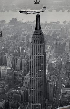 Pan Am Clipper flying over Midtown Manhattan and the Empire State Building, Photo from the New York City Municipal Archives. Empire State Building, Old Pictures, Old Photos, Vintage Photos, Photo New York, Vintage New York, Jolie Photo, Vintage Travel, Vintage Airline