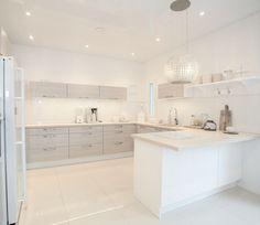 Warm white and ivory kitchen decor Kitchen Diner Designs, Kitchen Design, Kitchen Styling, Kitchen Decor, Ivory Kitchen, Modern Kitchen Interiors, Kitchen Board, Ideas Hogar, Scandinavian Kitchen