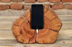 Station de beau téléphone, fait à la main à partir de bois magnifique prune. Le stand de s'adapter à l'iPhone 6, 6 s, 6SE, 7, Samsung Galaxy S6/7 et les téléphones de tailles similaires. Étant fait-main, chaque article est unique en son genre. Ajoutez une touche de caractère à votre espace de travail ou à domicile avec un iPhone en bois naturel Station. Taille environ : Longueur : 26 cm (10,24 in.) Largeur : 15 cm (5,91 in.) Hauteur : 19 cm (7,48 po.) Si vous avez des préférences per...
