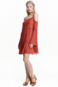 Vestido de ombros descobertos: Vestido curto em viscose enrugada com bordado ajour. Tem alças finas ajustáveis, ombros descobertas e mangas trombeta compridas.