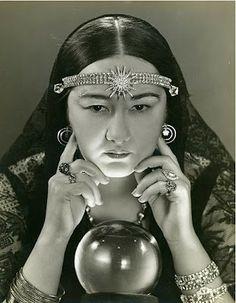 Woman+crystal+ball+fortune+teller.JPG (311×400)