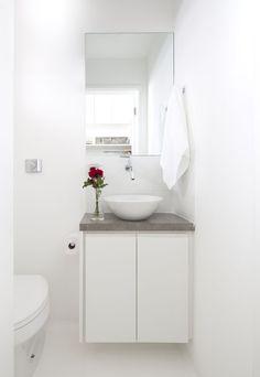 13 lavabos elegantes em tons neutros (Foto: Divulgação) Small Shower Room, Small Toilet Room, Small Showers, Small Bathroom, Ikea Sinks, Mini Bad, One Bedroom Flat, 20 M2, Country House Interior