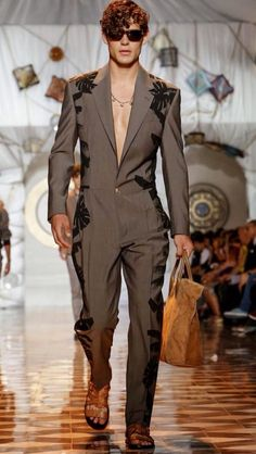 Versace Men's - Spring Summer 2015 - one of the best collections at Milan Fashion Week Fashion Show, Fashion Design, Fashion Trends, Milan Fashion, Street Fashion Men, Fashion Styles, Fashion Week 2015, Mens Fashion Week, House Of Versace