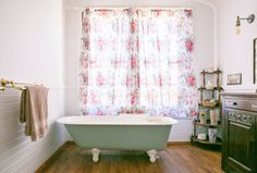 The Weird Bathroom Cleaning Tip I Learned from an Awful Landlord: Dawn dish soap and a broom White Bathroom Decor, Simple Bathroom, Bathroom Ideas, Bathroom Cleaning Hacks, Cleaning Tips, Bathtub Cleaning, Cleaning Solutions, Clean Bathtub, Home Hacks