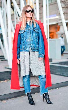 Street style look sobretudo vermelho, jaqueta jeans, casaco cinza, calça jeans, bota preta couro.