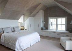 Zolderkamer met praktische kasten en zitje