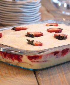 Brazilian style Strawberry Shortcake (Torta Gelada de Morangos), with a delicious layer of homemade custard Brazilian Dishes, Brazilian Recipes, Brazilian Dessert, Plats Latinos, Just Desserts, Dessert Recipes, French Desserts, Shortcake Recipe, Comida Latina