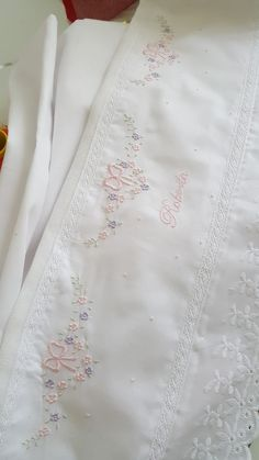 Para encomendas, envie e-mail margarethsiena2009@hotmail.com Agora também no Instagram margarethsienabordados Baby Embroidery, Embroidery Fashion, Hand Embroidery Patterns, Lace Patterns, Cross Stitch Embroidery, Machine Embroidery, Monogram Towels, Baby Sheets, Baby Frocks Designs