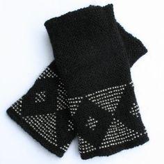 Svarte pulsvarmere i alpakka med blanke perler. Gloves, Winter, Fashion, Winter Time, Moda, Fashion Styles, Fashion Illustrations, Winter Fashion