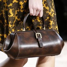 See detail photos for Michael Kors Collection Fall 2015 Ready-to-Wear collection. Types Of Handbags, Trendy Handbags, Small Handbags, Fashion Handbags, Fashion Bags, Women's Fashion, Michael Kors Fall, Handbags Michael Kors, Satchel Handbags