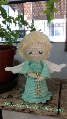 Completamente apaixonada meus primeiros anjinhos. Usei linha Anne, ag. 2.0 para o anjo e cabelo, altura 13cm. Cabeça/ corpo Iniciar com a cor desejada do corpo 1) Anel mágico, 6pb 2) 6 aum (12) 3) …